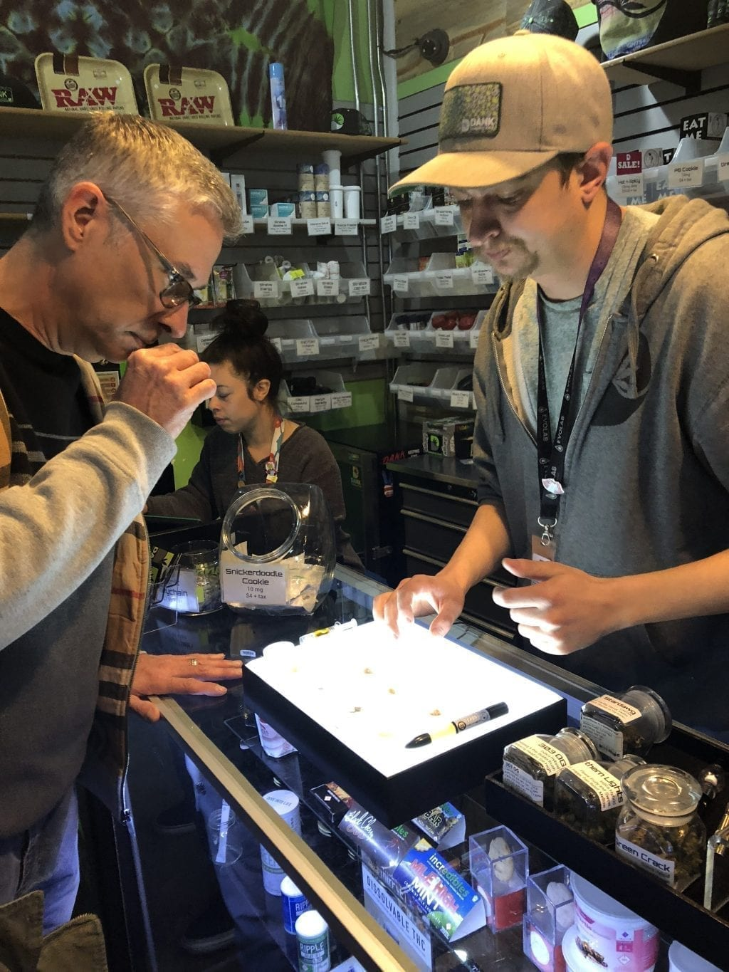 budtender showing products 4 signs you have a great budtender